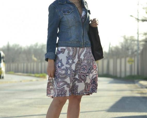 Outfit 4. Chamarra de mezclilla, wedges de cuña